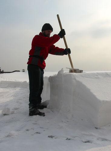 Очистка снега с крыши москва